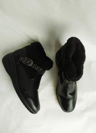 Зимние ботинки с стразами на танкетке чёрные