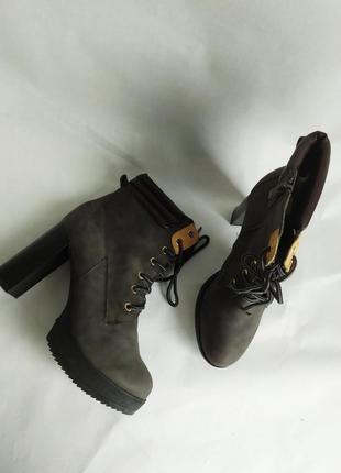 Ботинки цвета хаки ботильоны на толстом каблуке