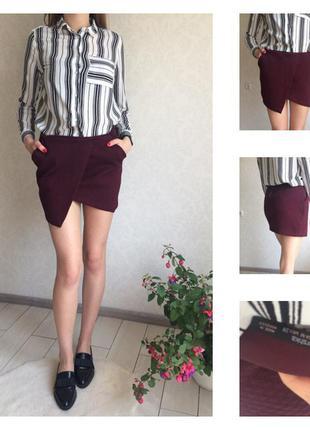 Фактурная асимметричная юбка на запах с молнией цвета марсала