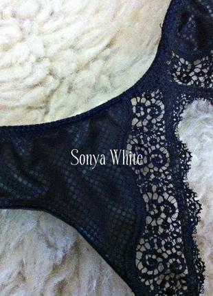 Кружевной пояс для чулок чёрного цвета от passionata со змеиным принтом.