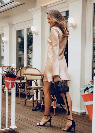 Минималистичное вечернее шелковое платье мини короткое бежевое черное розовое с рукавами
