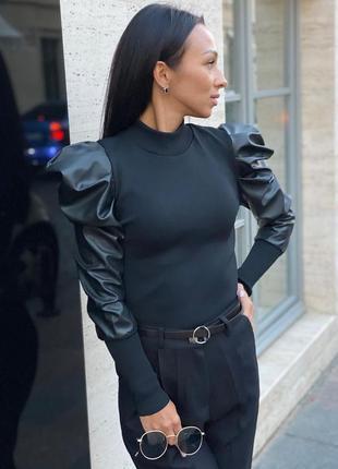 Черный джемпер с кожаными рукавами