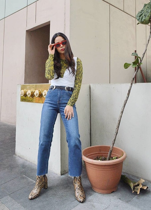 Прямые джинсы с необработанным краем и высокой посадкой