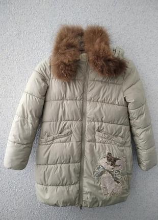 Утепленное пальто для девочки с отделкой из натурального меха