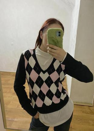 Трендовый свитер с ромбами