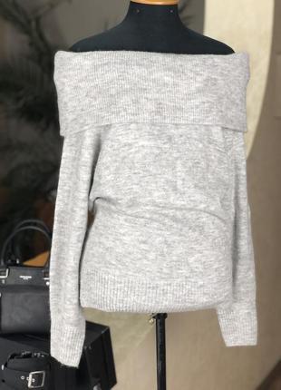 Объемный свитер на плечи с широким горлом