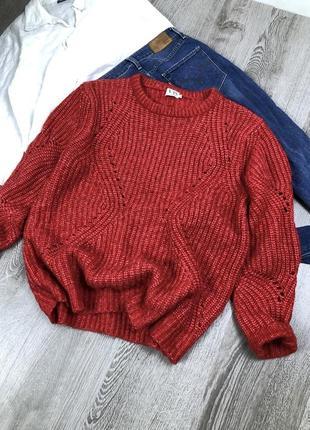 Красивый толстенький свитер в красном цвете