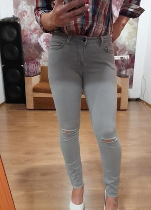 Джинсы с рваностям  на коленях