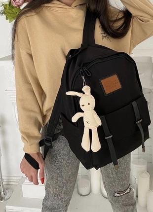 Чорний рюкзак з брелком