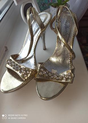 Золотистые нарядные женские босоножки на шпильке