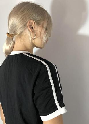 Базовая чёрная футболка с лампасами