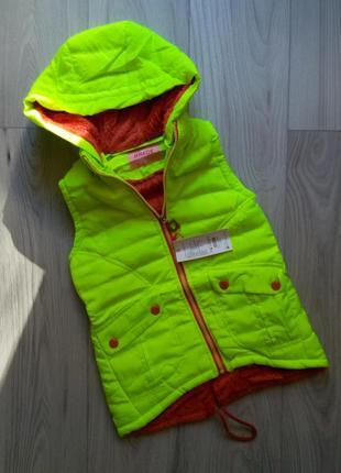 Теплая жилетка на меху для девочки, безрукавка зимняя с капюшоном