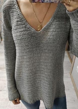 Стильный базовый свитер с v-вырезом