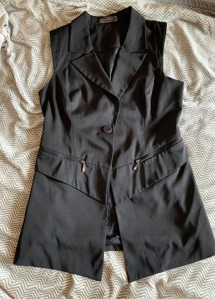 Чёрная удлинённая жилетка