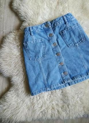 Джинсовая голубая  юбка трапеция на пуговицах заклепках с карманами