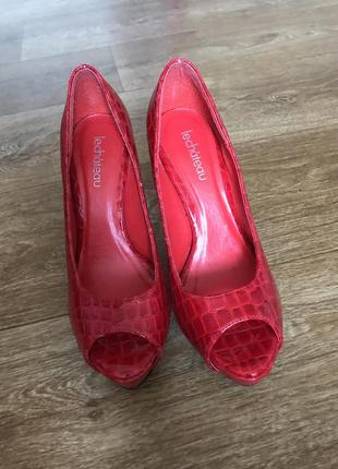 Червоні туфлі le chateau