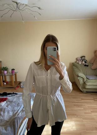 Уделённая белая рубашка