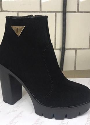 Натуральные замшевые ботинки на высоком каблуке
