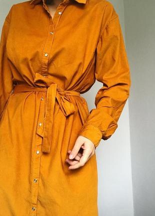 Актуальна вільветова сукня-сорочка  міді під поясок.