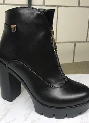 Кожаные ботинки на высоком каблуке