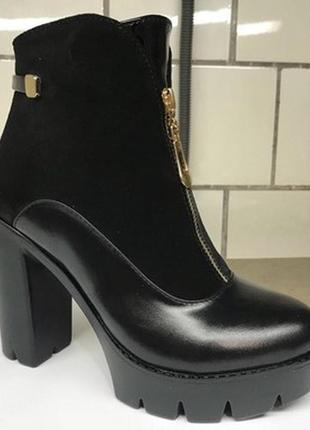 Комбинированные женские ботинки на высоком каблуке.