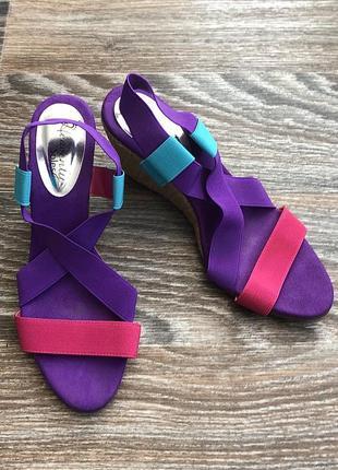 Фиолетовые, бирюзовые и розовые босоножки сандали сандалии на танкетке от heavenly