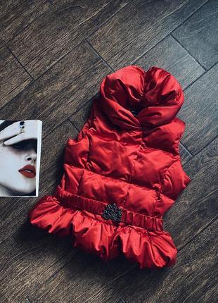 Потрясающе красивая пуховая красная жилетка на девочку подростка