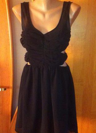 Стильное короткое черное шифоновое платье с вырезами по бокам