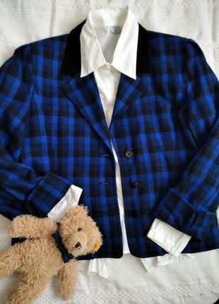 Винтажный пиджак в клетку с белой рубашкой.