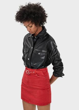 Красная мини юбка с поясом ремнем  bershka