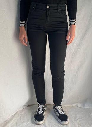Джинсы  черные скинни актуальная посадка от известного  шведского бренда ,размер s