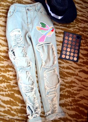 Нереальные рваные  джинсы с итальянскими нашивками(колибри и бабочки)