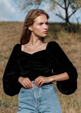 Женская бархатная блуза с объемными рукавами