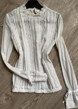 Нарядная белая блуза с красивыми рукавами