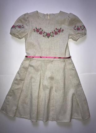 Платье с вышивкой на бежевом льне