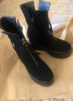 Чёрные ботинки на платформе.