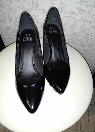 Черные лаковые туфли f&f на низком каблуке