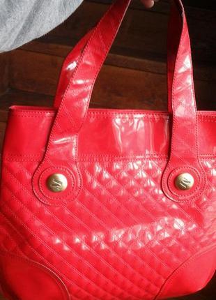 Красная сумка фирмы mango