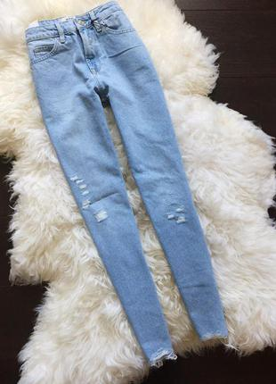Актуальные джинсы с потёртостями и рваным низом