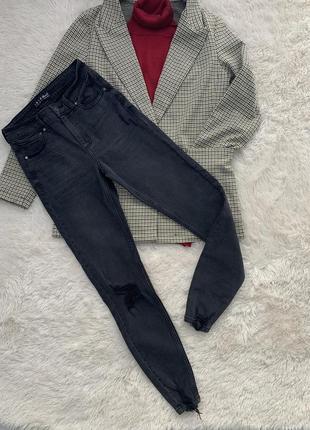 Стильные джинсы с рванным низом