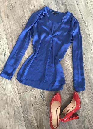 Яркая атласная блуза