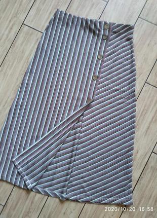Стильная миди юбка с  разрезом на пуговицах