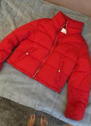 Красная дутая куртка bershka