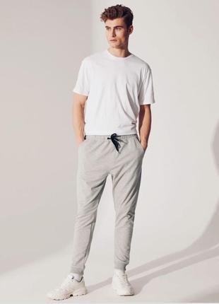 Светлые спортивные штаны, джоггеры