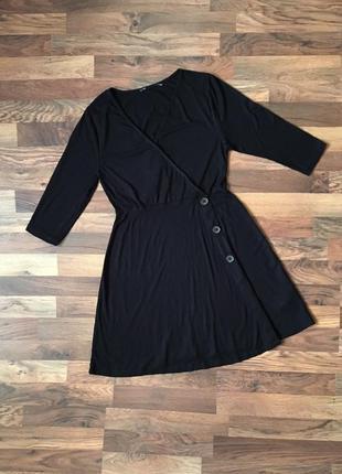 Черное платье в рубчик