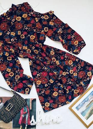 Стильное платье в цветы с открытыми рукавами