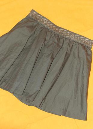 Стильная юбка-солнце на поясе, украшенном металлическими клепками, с карманами