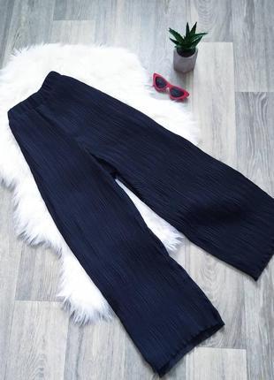 Черные брюки-палаццо на высокую посадку из плисеровочной ткани 😍