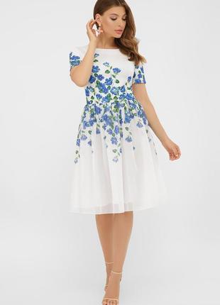 Белое стилтное оегкое платье до колен с принтом синие голубые цаеты короткий рукав