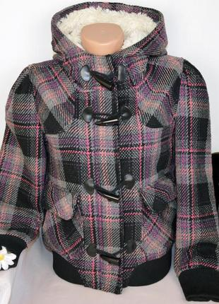 Брендовая демисезонная куртка на молнии с меховым капюшоном и карманами denim